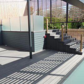 Clôture en verre trempé et terrasse composite noir